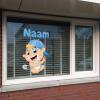 geboortesticker jongen op raam geplakt