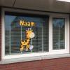 geboortesticker giraffe op raam geplakt